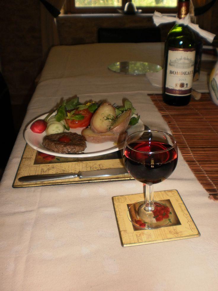 Mijn menu voor onze gasten vanavond?   Comme entrée: verse brandnetelsoep Comme plat principal:  ~Steak haché à point ~pommes de terres rouges~salade 'du printemps' de notre jardin Le dessert : mousse au chocolat noir  Pas mal !