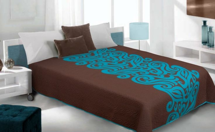 Hnědý oboustranný přehoz na postel s tyrkysovými vzory