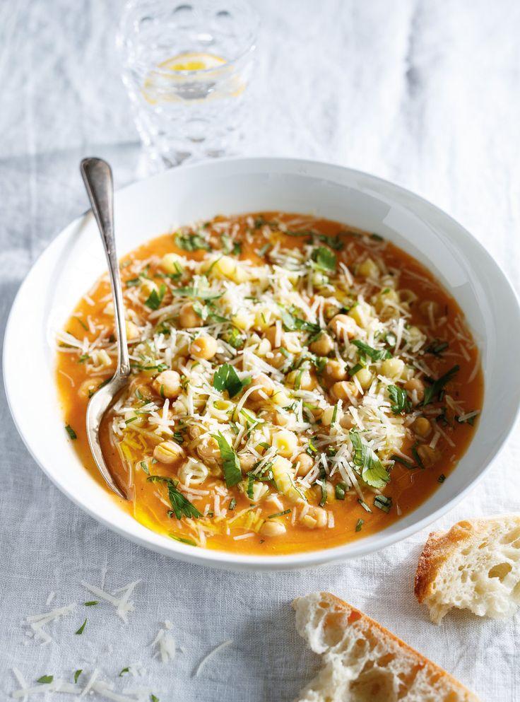 Recette de Ricardo de soupe-ragoût aux pâtes et  aux pois chiches