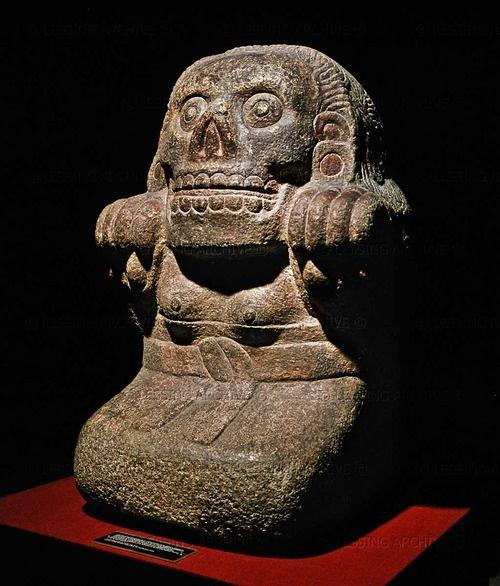 Ancient Aztec sculpture of Tlatecuhile (Lord of the Earth), aspecto dual masculino de Coatlicue