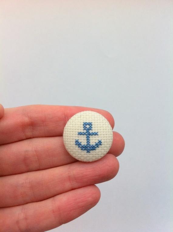 Chapa bordada en punto de cruz - ancla azul / Gluck Handmade - Artesanio