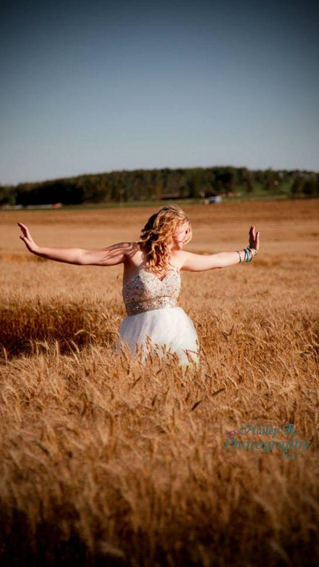 Grad photo #field #dress #pretty