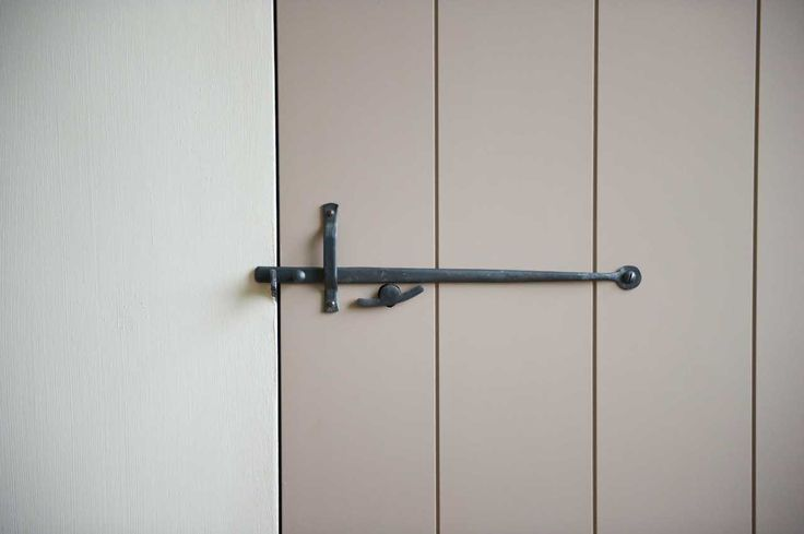 Deur met stalsluiting smeedijzer (Ontwerp: Leen Jacobs - Crejalee.be)
