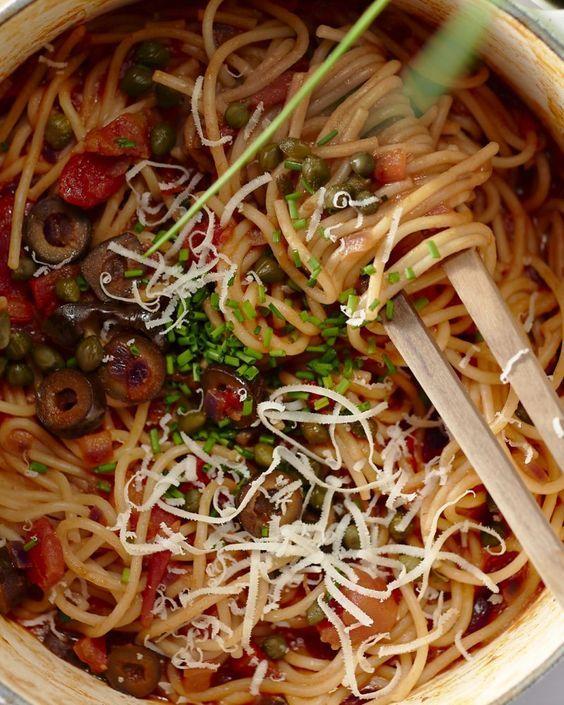 Deze niet-zo-traditionele spaghetti puttanesca is een revelatie! We maken een veggie versie in één kookpot: lekker makkelijk en weinig afwas achteraf, olé!