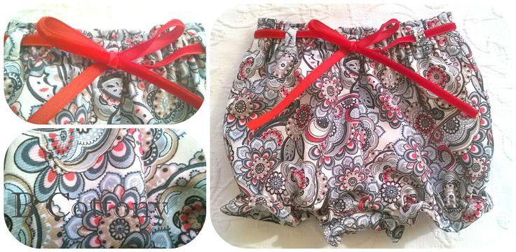 Calções de bebé com flores encarnadas, cinzentas e brancas e lacinho de veludo encarnado - Baby shorts with red, grey and white flowers with red velvet ribbon