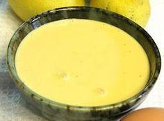 Cómo hacer Salsa de mango. Laminamos el diente de ajo y doramos en un cazo con un chorrito de aceite durante 2 minutos a fuego medio. Añadimos la cebolleta