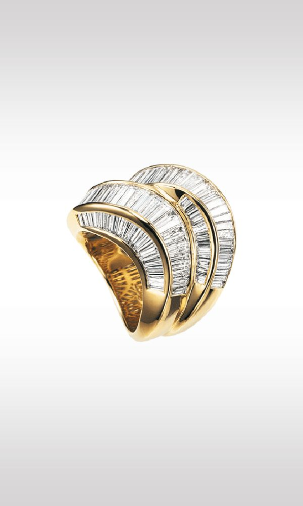 Twins, 1996: a spectacular ring in yellow gold, undulating with a double band of 118 pure baguette-cut diamonds for a total of seven carats. The particularity of this ring is its three-dimensional aspect, which also illustrates the setting of the diamonds in the side thickness of the jewel and underlines the effect of luminous, precious waves.