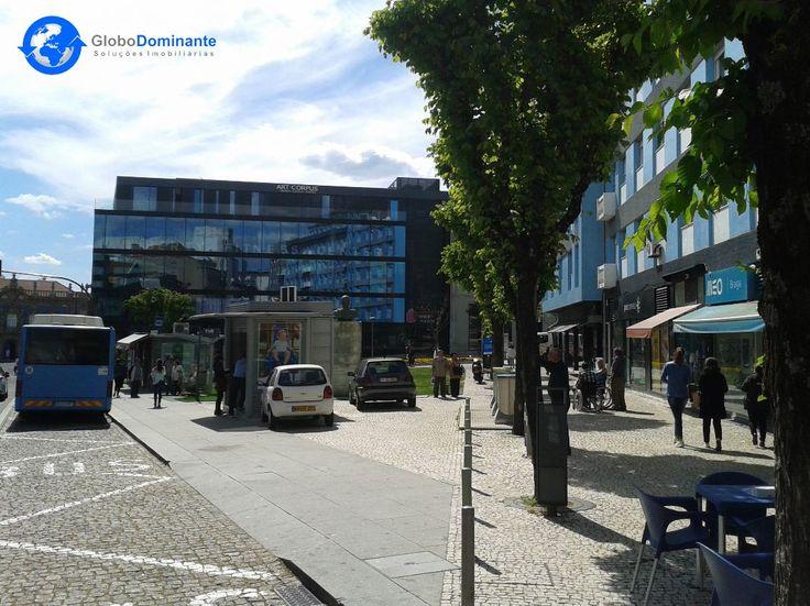 A loja situa-se na Rua do Raio, Centro Comercial do Rechicho, A loja tem duas salas, uma delas com 12m2 e outra com 24m2 e casa de banho.A loja tem uma boa área de montra com vidro, focos no teto e está pronta a funcionar. No local tem diversos comércios, restaurantes e cafés, ao lado está o Hospital Privado de Braga, CTT e Finanças. Ideal para qualquer serviço.