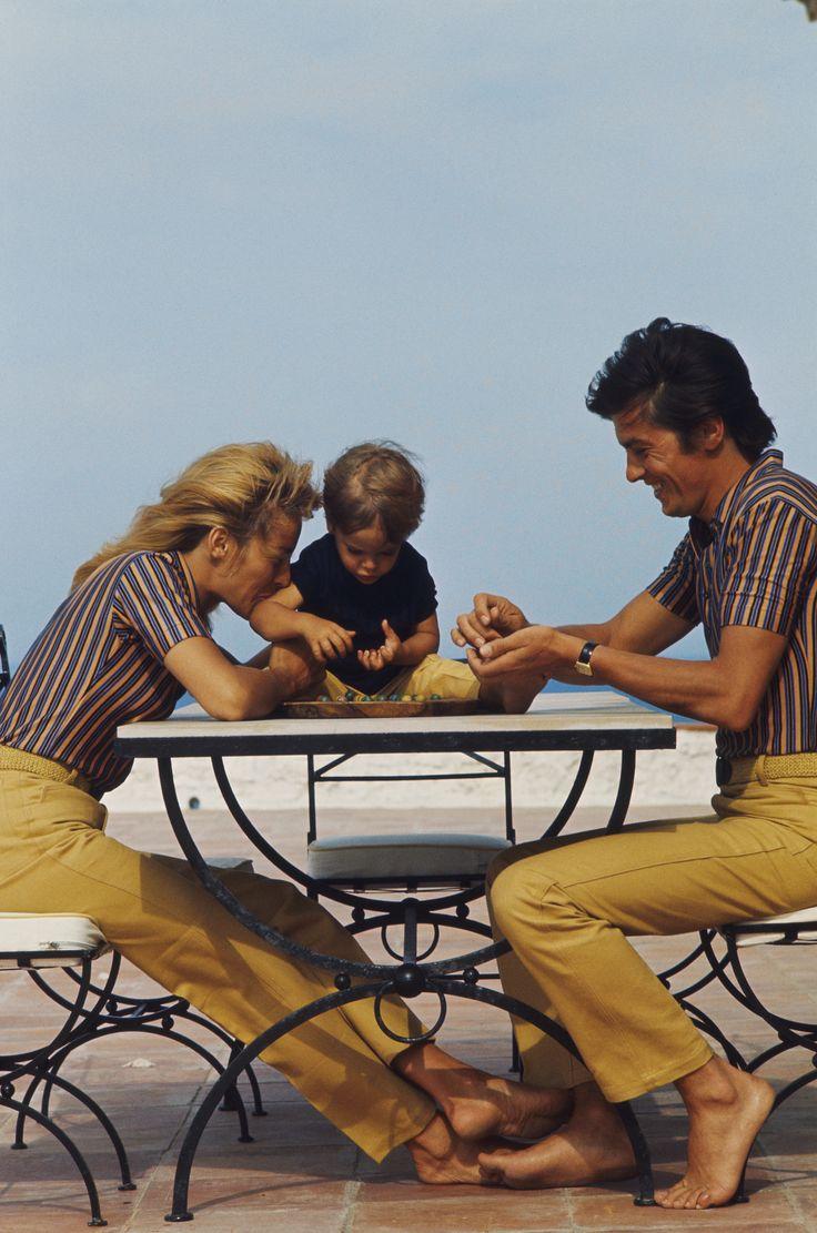 Joli moment de détente en famille pour Alain et Nathalie Delon et leur fils Anthony en Juin 1966 Photo: François Pagès/Paris Match