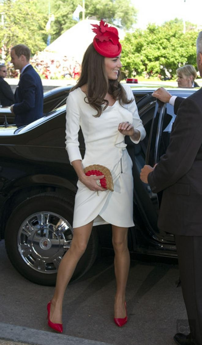 Kate Middleton wears her Reiss dress from the offical engagement portrait foto again combined with a bag from Anya Hindmarch