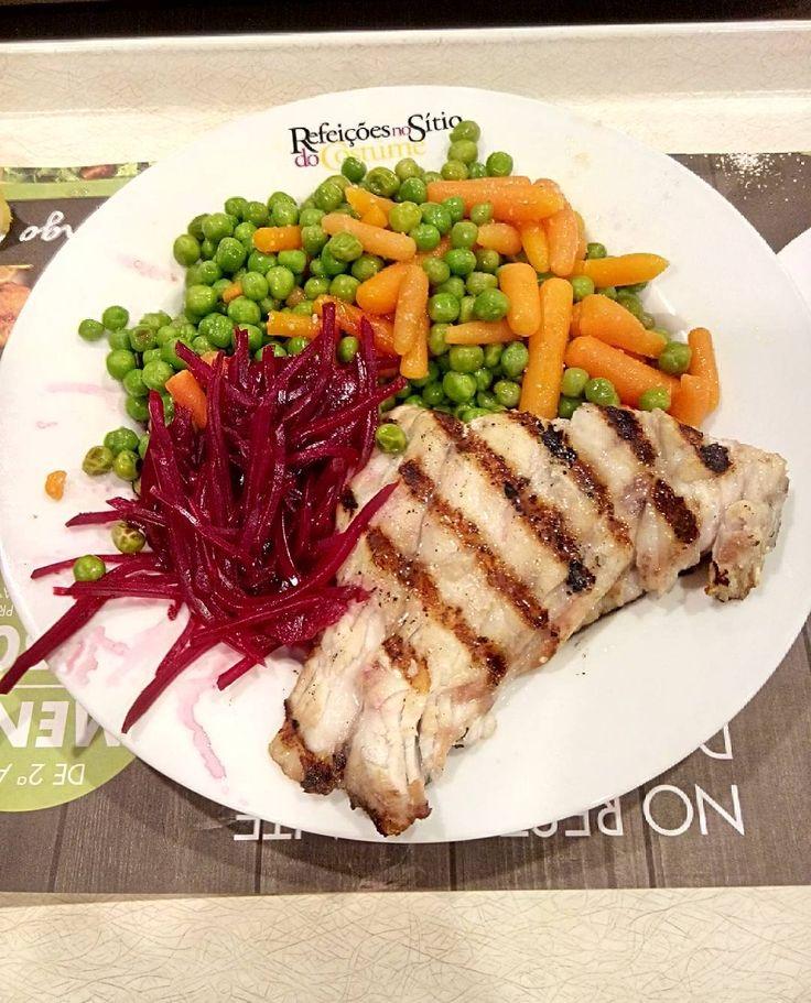 E hoje foi dia de ir comer ao Sitio do Costume  Almoço:  Garoupa grelhada com ervilhas e cenoura cozidas e beterraba   #lunch #healthylifestyle #lowcarb #befit #cuttingdiet #sagafit #comerbemforadecasa by somos_o_que_comemos