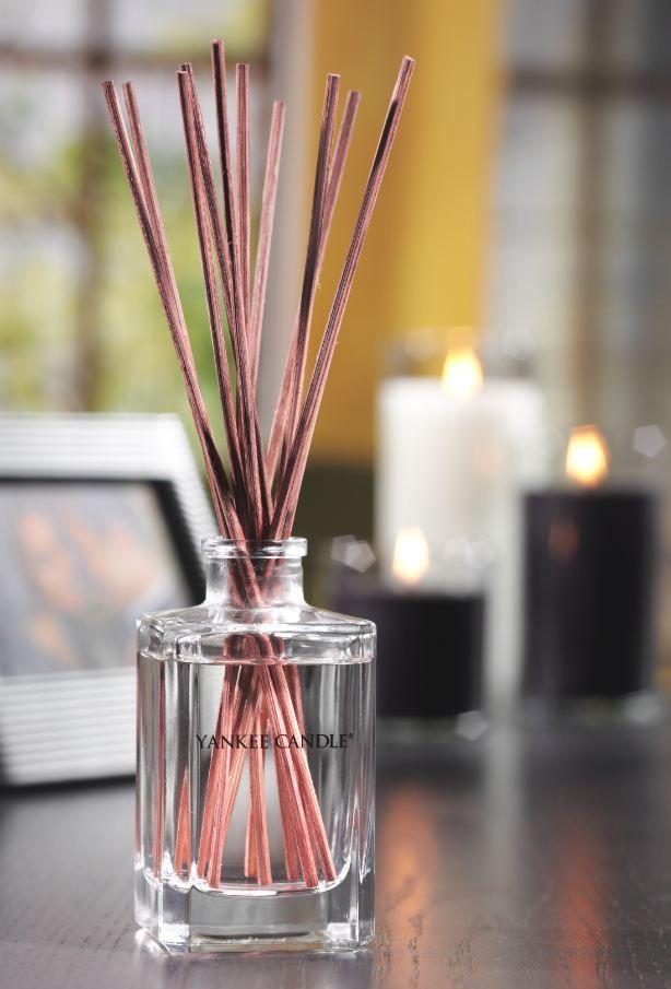 """Våra mest älskade Yankee Candle ® dofter varar nu ännu längre med vår nya glasvas med 170ml. En snygg glasvas förhöjer inredningen och sprider kontinuerlig väldoft i rum och utrymmen där du vill omge dig med din favoritdoft.   """"Väldoft utan låga"""", dekor-vänlig och även en perfekt present.  Teknisk information om Reeds: · 12 st Naturliga doftstickor · 170 ml doftolja i glasflaska · Långvarig koncentrerad doft i upp till 13 veckor · Utan låga · Ingen alkohol #YankeeCandle #DecorReeds #Reeds"""