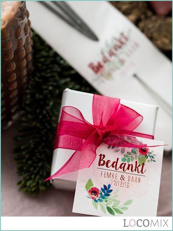 Nog op zoek naar een origineel huwelijksbedankje? Wat dachten jullie van deze Wedding Box? Een leuk doosje gevuld met snoepjes en vast gemaakt met een romantische strik. Maak het bedankje af met een ontwerp naar keuze of een eigen ontwerp.