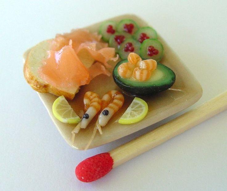 Assiette apéritif minature fimo / saumon / pain / crevette / avocat / garniture / bois / pastel sec / vernis