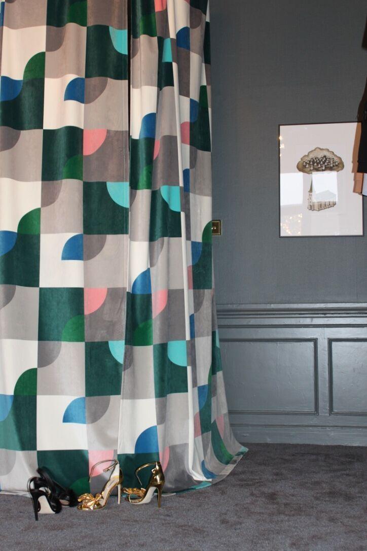 Gotain sammetsgardin, Squared - här som draperi kring provrum på butiken Simply Bollocks i Stockholm. Draperiet är skräddarsytt med ett 7cm släp som landar fint på heltäckningsmattan.