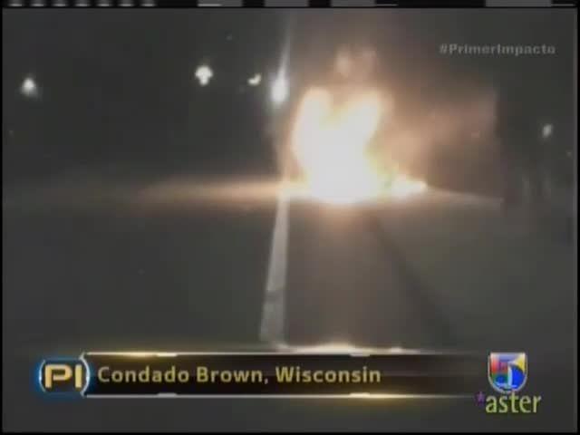 Oficial De Policia Se Lanza Al Fuego Para Rescatar A Una Persona #Video
