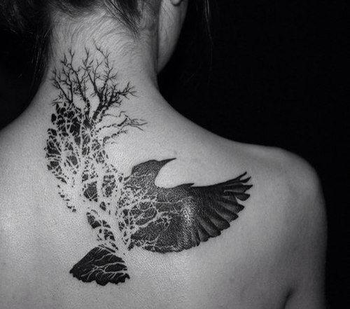 Красивое тату, ворон, дерево, спина, шея
