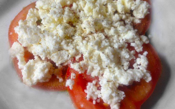 Hüttenkäse met tomaat en rookvlees. Geschikt voor een koolhydraatarme eetwijze en onderdeel van de gobento.nl weekmenu's.