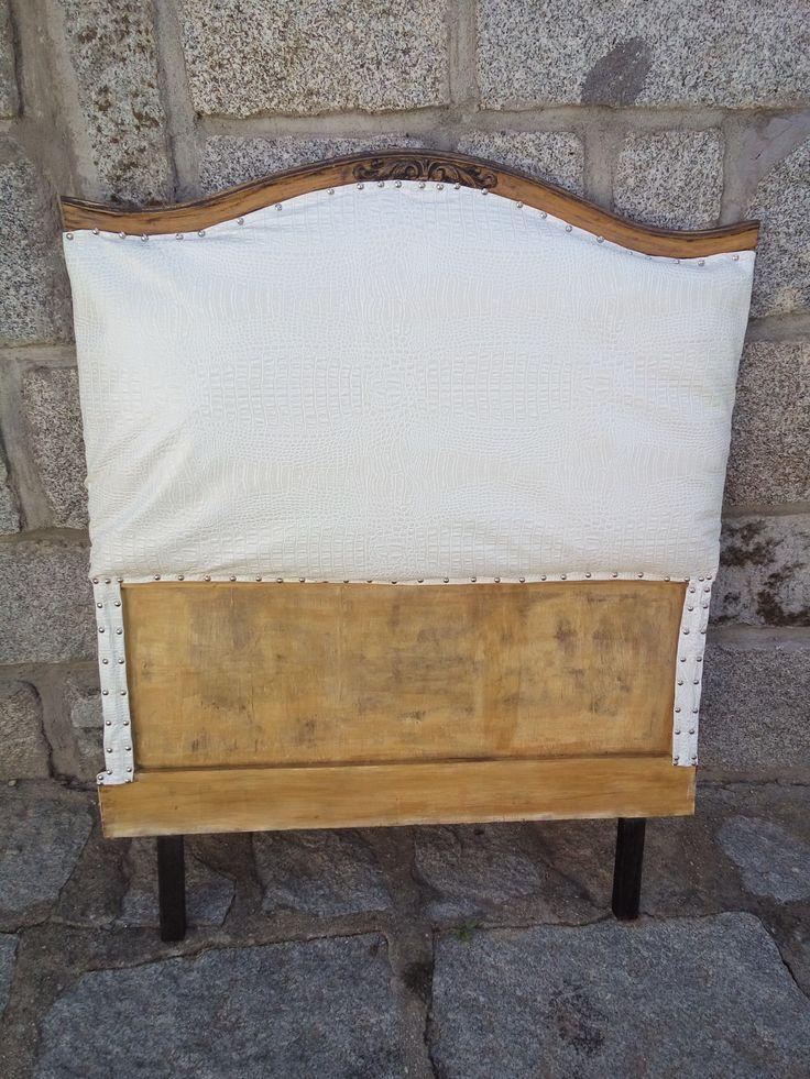 Cabecero de 90cm en madera de  roble restaurado en símil piel blanco, pieza única de venta en la shop one line 160,00€