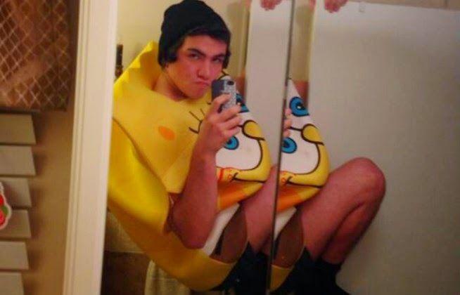 ΣΟΚ! Πέθανε για μια χαζή selfie στις τουαλέτες! (Σκληρές Εικόνες)