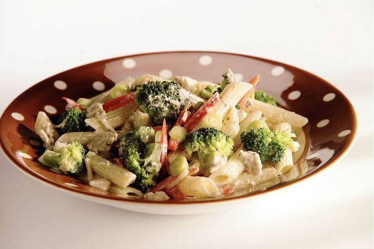 Kijk wat een lekker recept ik heb gevonden op Allerhande! Lauwwarme pastasalade met kip en pesto