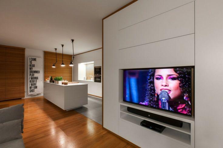 Modernes Interieur in Weiß und Holz mit funktionalen Designs #esszimmer #raumteiler #küche #wohnzimmer #innenräume