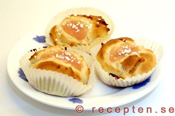 Ett recept på goda och framförallt mycket enkla bullar med äppelmos. Degen jäser bara en gång och degen klickas ut vilket sparar mycket tid!