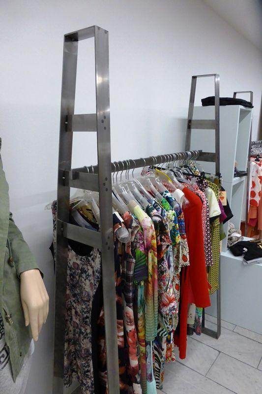 Extravagante Kleiderständer aus Stahl, runden das neue Laden Design ab.