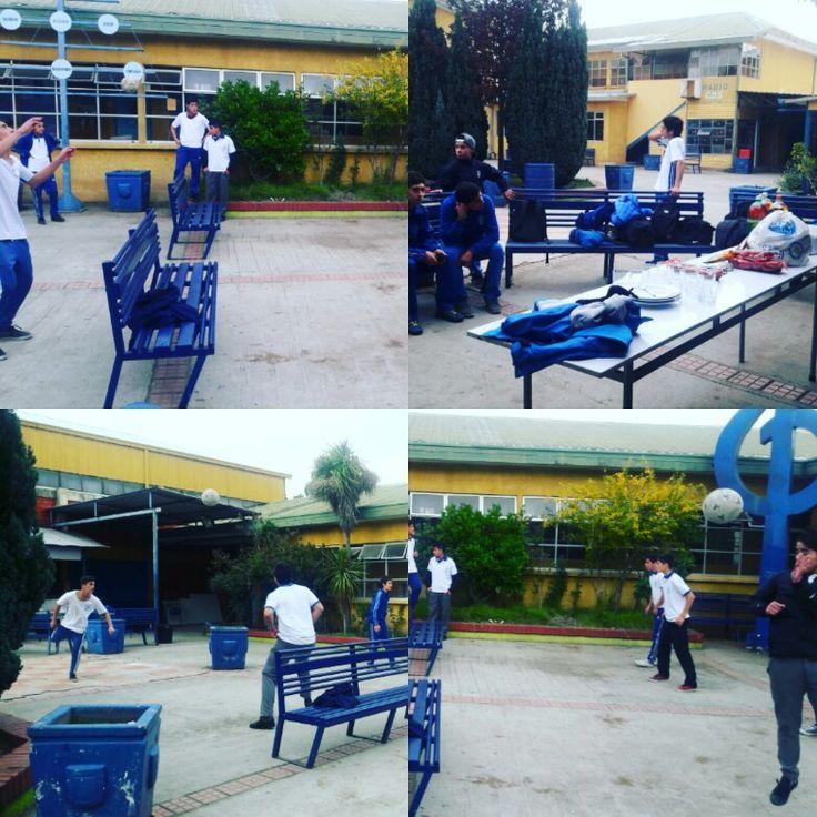"""Tarde recreativa en el taller 'Fútbol para todos' en #CDSPolivalente. En pro del compañerismo y la cohesión de grupo, sus integrantes comparten unos sabrosos """"choripanes"""" junto a su profesor Patricio Meriño."""