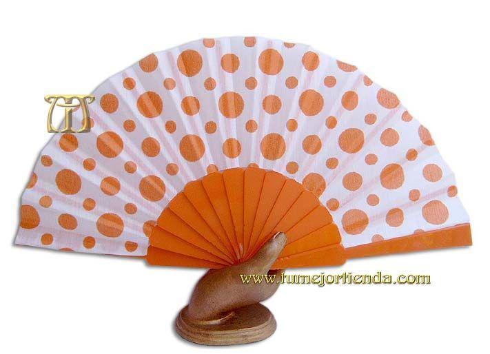 Alegre y ligero abanico andaluz de lunares naranja con varillaje plástico.