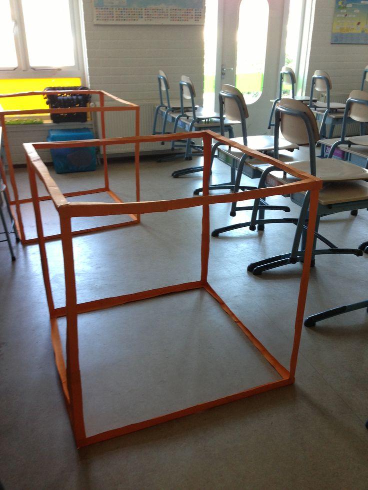 Laat de kinderen een kubieke meter bouwen (gebruik bordlinialen), puzzel hierin kubieke decimeters. Zo wordt duidelijk zichtbaar hoe er 1000 decimeters3 in een meter3 passen.   Tip: zet de kinderen op de foto IN de m3 Gemaakt met L-profielen!