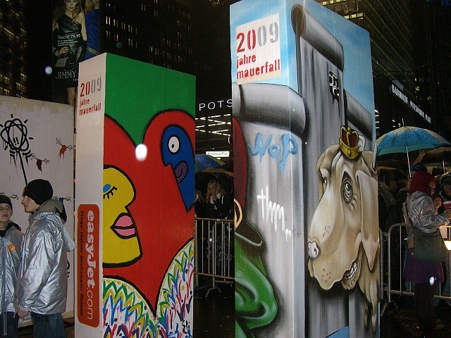 Berlin Wall Domino anno 2009 by Carsten Stolle, via Flickr