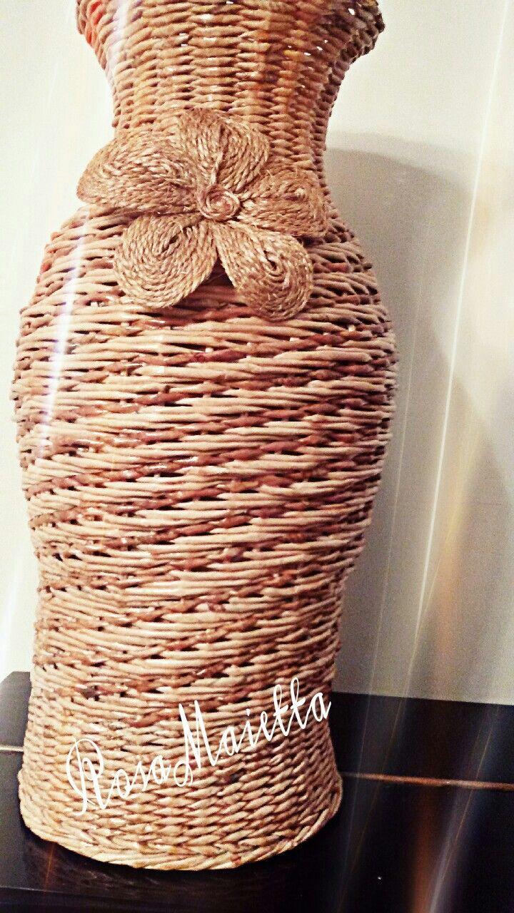 Cesto lungo con intreccio in diagonale e fiore fatto con spago tipo canapa e colorato con mordente per legno. RosaMaietta