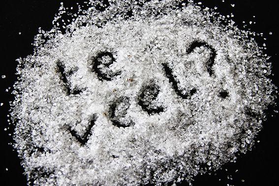 Zout is samen met peper de meest gebruikte smaakmaker bij het koken. Zonder dat we het misschien door hebben, zijn we door de jaren heen steeds meer zout gaan eten. Gemiddeld eten we zo'n 9 gram zout per dag terwijl ons lichaam aan zo'n 3-6 gram genoeg heeft (er van uit gaande dat 2,5 gram zout 1 gram natrium is, hier later meer over). We krijgen zoveel zout binnen omdat deze witte smaakmaker in nagenoeg al het voorbewerkte voedsel zit, denk aan brood, diepvriespizza, kaas, potjes groente...