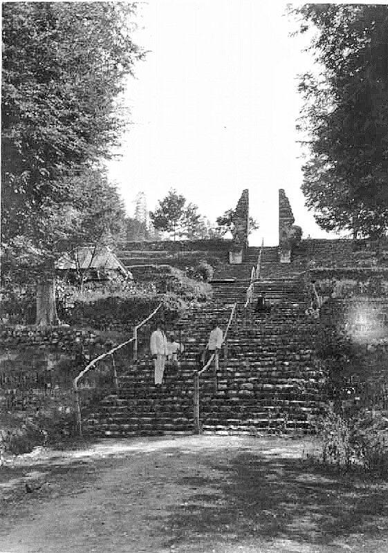 Toegangspoort tot het graf van de Soenan van Giri te Grissee. 1924
