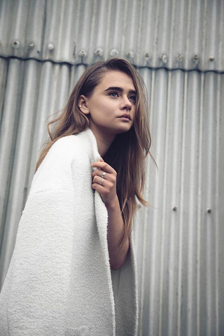 Model: Victoria, der er iført et klassisk sort/hvid outfit, piftet op med en masse sølv assessories fra Hvisk der giver et mere spændene og detaljeret prag på outfittet. Fotograf Kibie Kaspersen