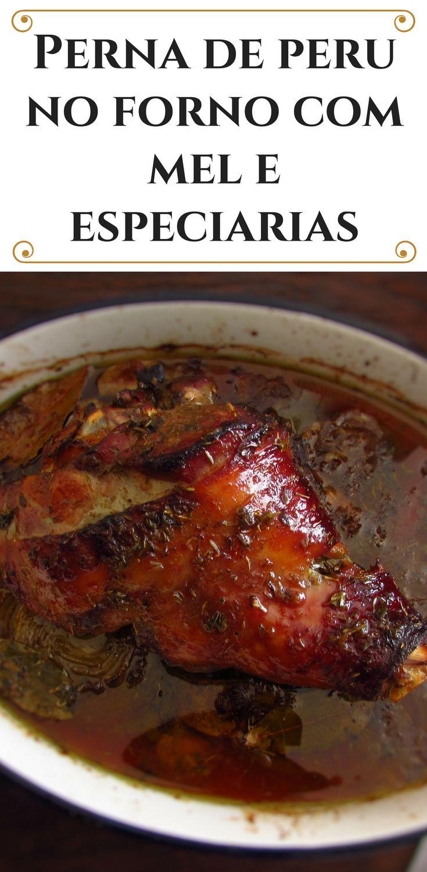 Perna de peru no forno com mel e especiarias | Food From Portugal. Vai ter um almoço em família e quer preparar algo delicioso? Experimente esta receita de perna de peru no forno com mel e especiarias! É muito simples de preparar, bastante saborosa e a sua família vai adorar a deliciosa combinação de aromas. Bom apetite!!! #peru #receita #mel #especiarias