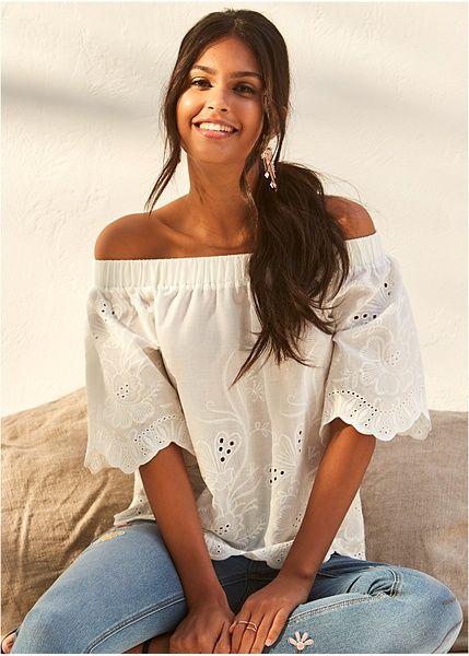 Μπλούζα με κέντημα και λαιμόκοψη χαμόγελο Λευκό BODYFLIRT | 34.99 € | bonprix