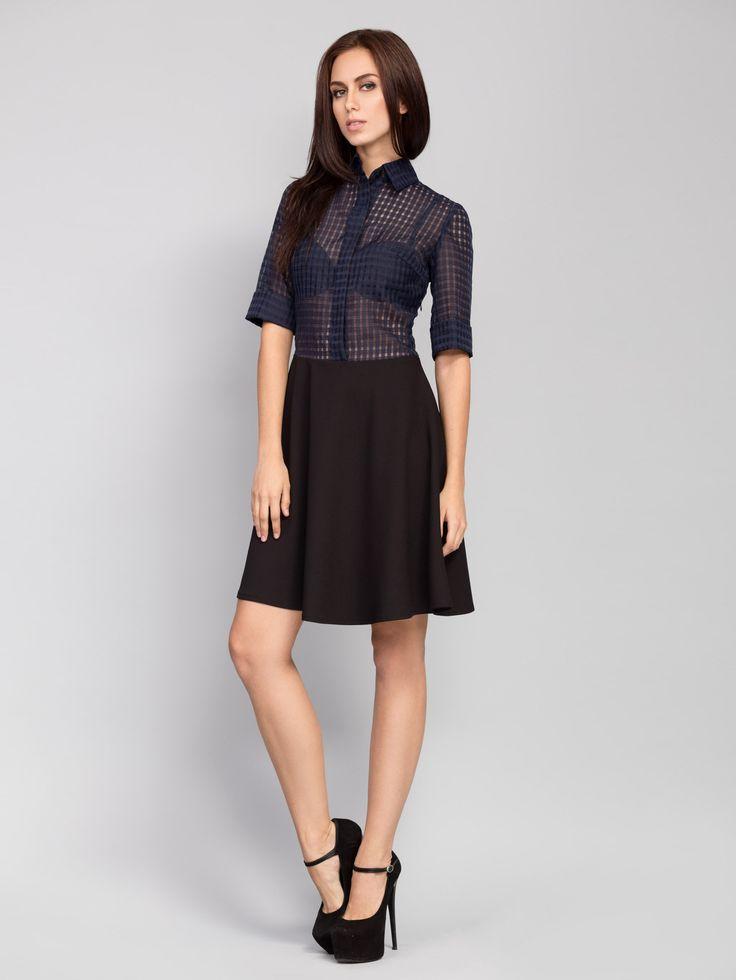 Oryginalna sukienka – trykotożowy czarny dół i ciemnoniebieska góra. Prześwitującu top – jeden z głównych trendów sezonu wiosna-lato 2016.