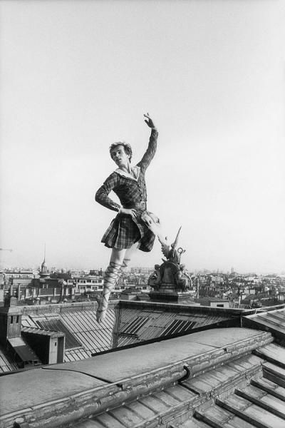 "- Gilles Virgili (1947-2008) - Rudolf Noureev danse en costume sur le toit de[...], mis en vente lors de la vente ""Paris Match, La Passion du Photo Journalisme "" à Cornette de Saint Cyr Paris 