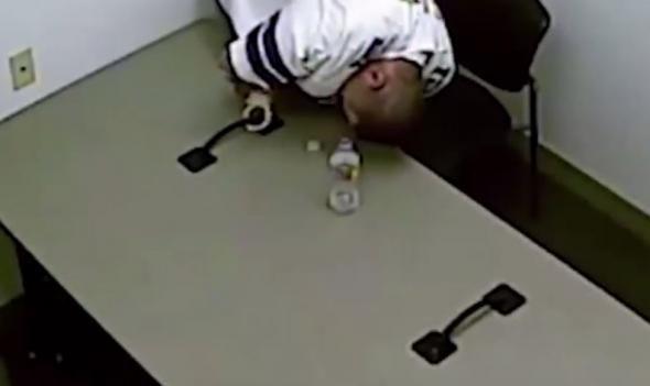 Η κάμερα ασφαλείας του ανακριτικού δωματίου αστυνομικού τμήματος στο Λας Βέγκας κατέγραψε την προσπάθεια ενός υπόπτου να ξεφύγει.