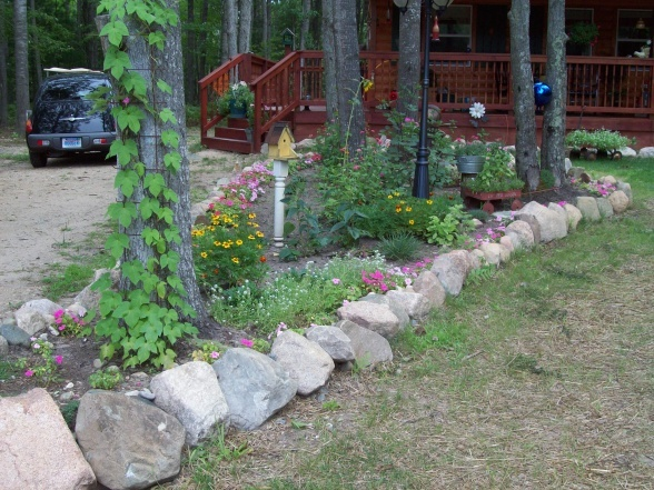 Rock edged flower bed rock edged flower bed yards for Rock flower bed ideas