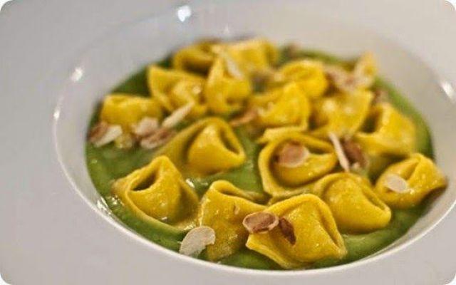 Tortellini di taleggio su crema di piselli e scaglie di mandorle croccanti. #tortellini #ricette #cucina