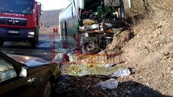 Trei persoane si-au pierdut viata si alte doua au fost ranite într-un grav accident rutier produs pe DN 1 în judetul Cluj, între localitatile Huedin si Poieni, informeaza România TV.