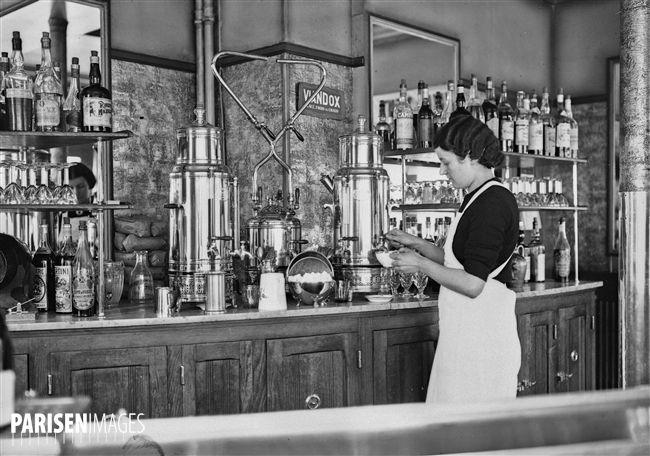 Paris. Serveuse dans un café. 1937.