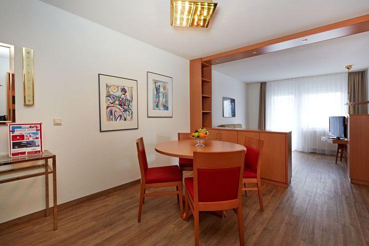Hier ist die Essecke in einem Apartment des H+ Hotel Wiesbaden Niedernhausen zu sehen.