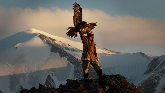 Ha 13 anni e caccia con le aquile: la sua storia in queste fotografie stupende.