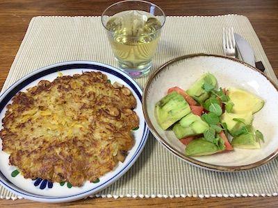 ジャガイモと安納芋をチーズおろしでオロしてフライパンでじっくり焼きます。お芋だけではちょっと淋しいのでマッシュルームを細かく切って入れてます。サイドのサラダはアボカドとトマトのサラダ、トッピングはスペアミントです。