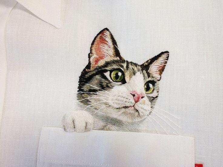 O que começou em 2013 como uma tentativa peculiar de imortalizar gatos famosos da Internet em roupas pela artista de bordado Hiroko Kubota, agora se transformou em uma linha de roupas personalizada na qual as pessoas podem solicitar bordados de seus animais de estimação favoritos na sua própria marca de camisas.