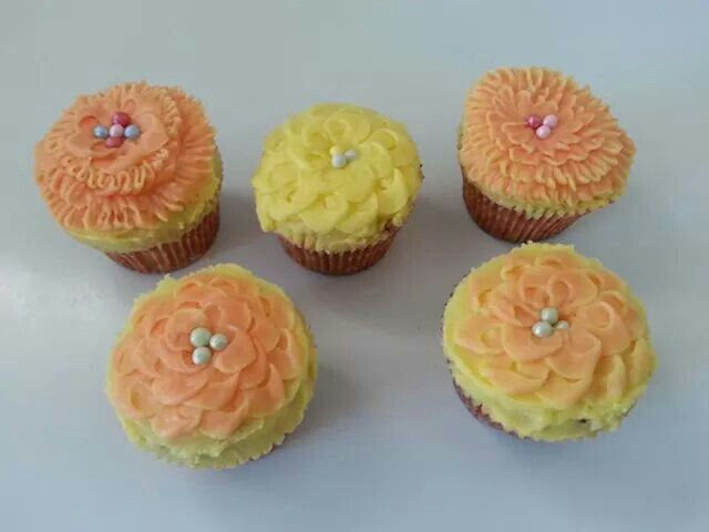 Playing...I mean practicing with number 29, the flower nozzle. Lactose free pear and vanilla cupcakes with caramel icing.